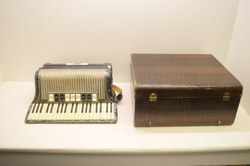 VINTAGE HOHNER IMPERIAL III M ACCORDIAN w/CASE - TESTED & WORKING