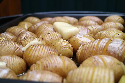 Hasselbeck-Kartoffeln in Arbeit (© GourMonds)