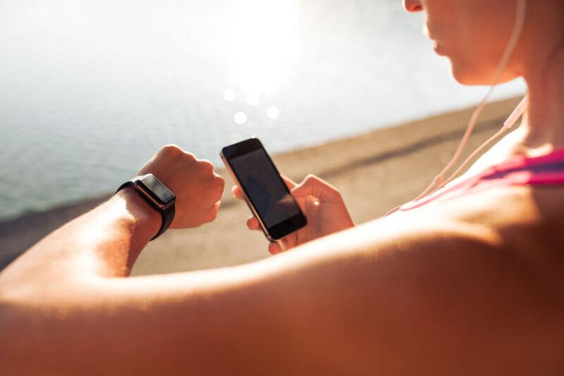 Viele Fitnesstracker können nur in Verbindung mit einer App verwendet werden. (Foto: Thinkstock)