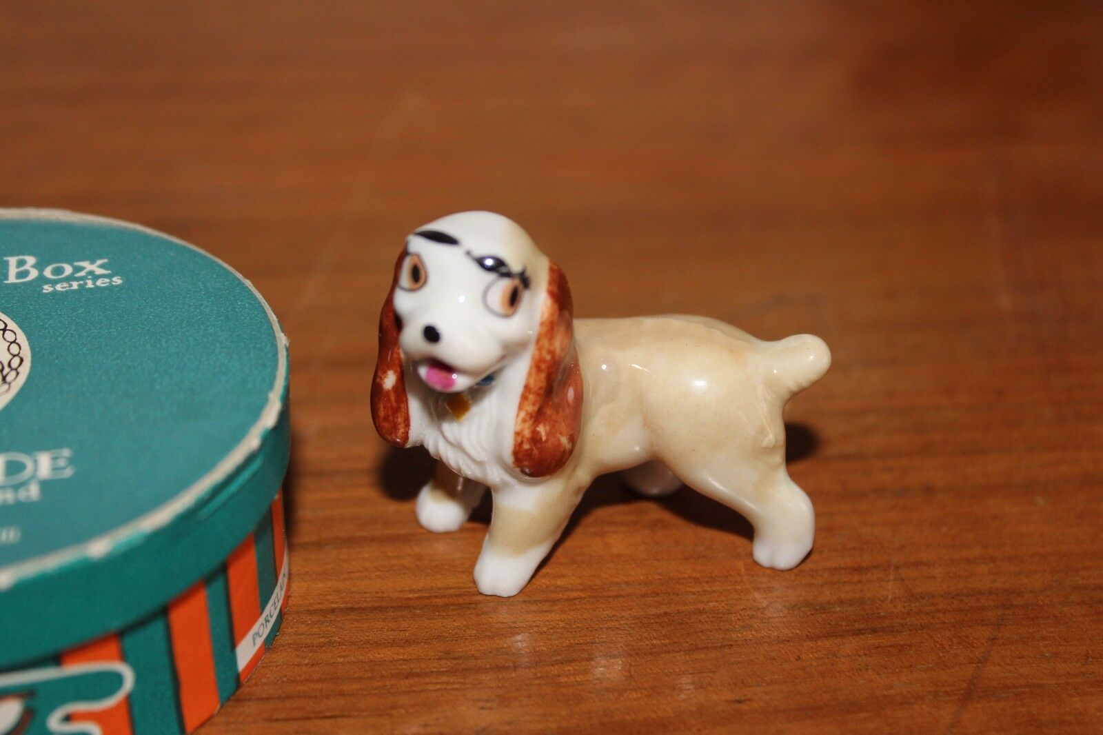 Petite figurine en porcelaine la belle et le clochard the hat box 1963