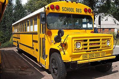 Gelb und gigantisch: der Schulbus von Ingo Sillus