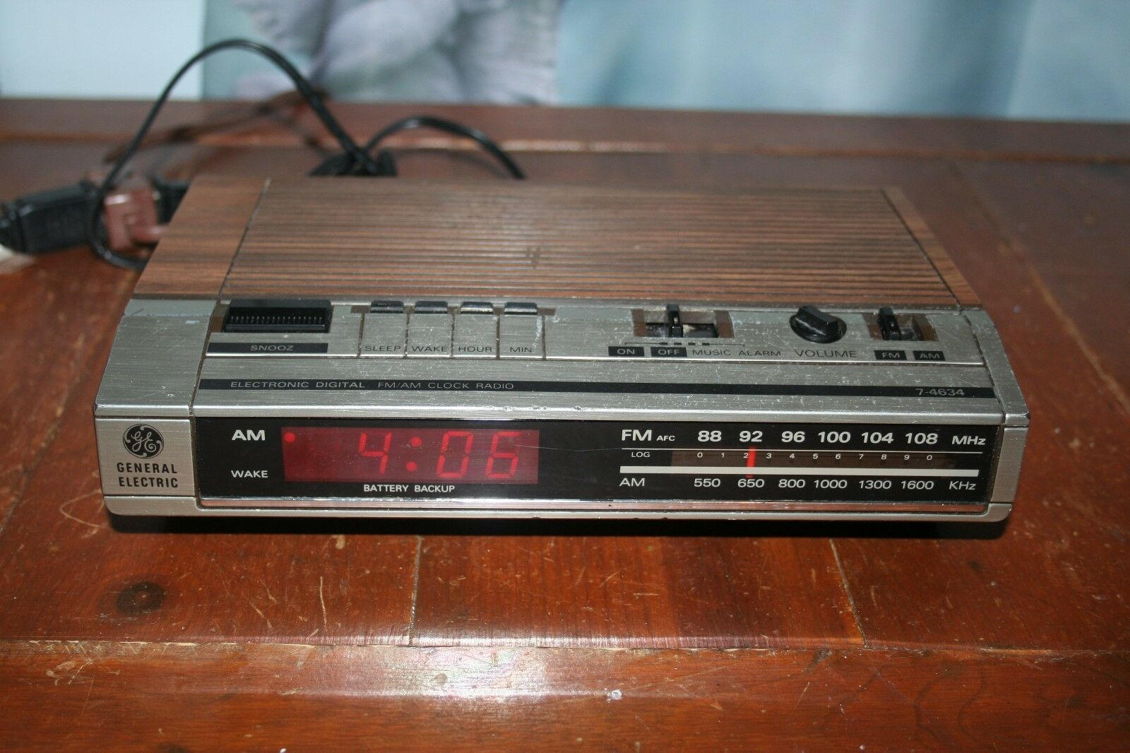 GE Electronic Digital FM/AM Alarm Clock Radio (Model 7-4634B)