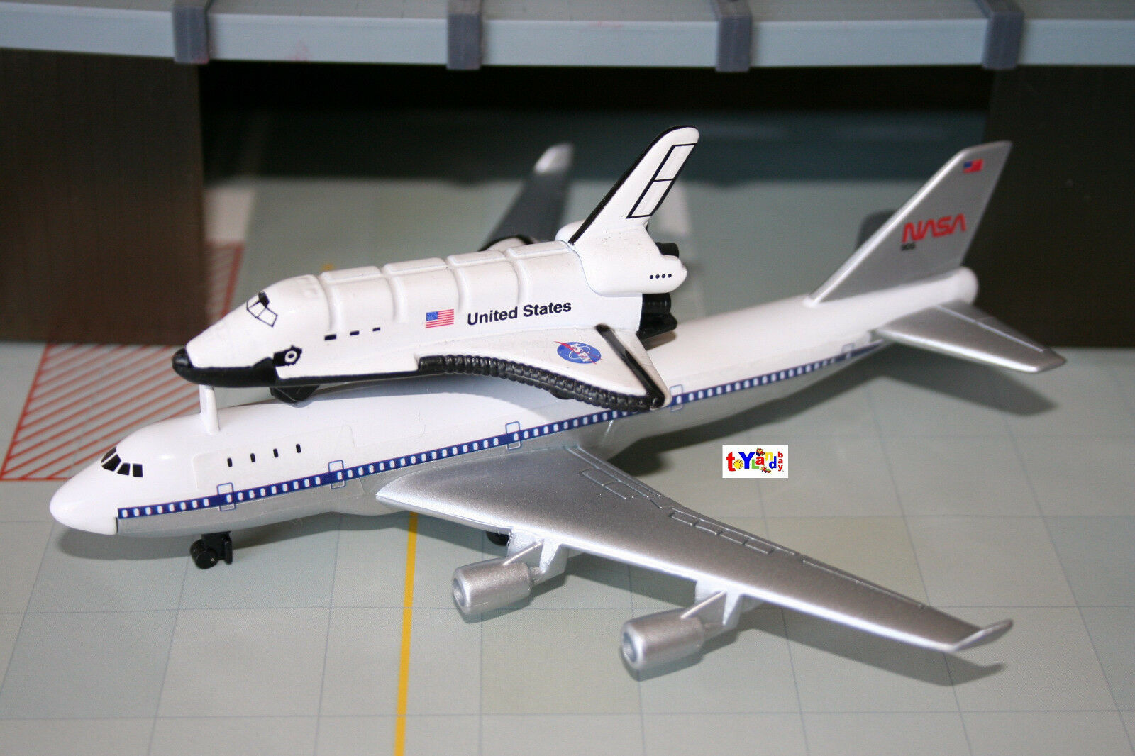NASA Space Shuttle Discovery w/ Piggyback Boeing 747 ...