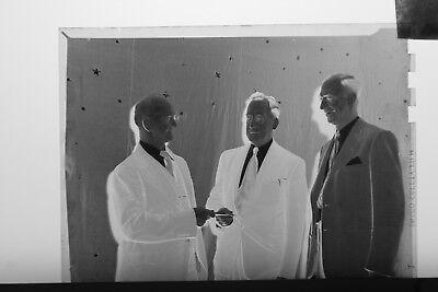(1) B&W Press Photo Negative Men Business Suits Passing Documents - T4215, usado segunda mano  Embacar hacia Argentina