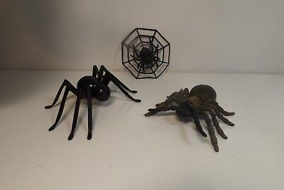 Halloween Decor - lot of Small Plastic different Spiders Halloween party Fun