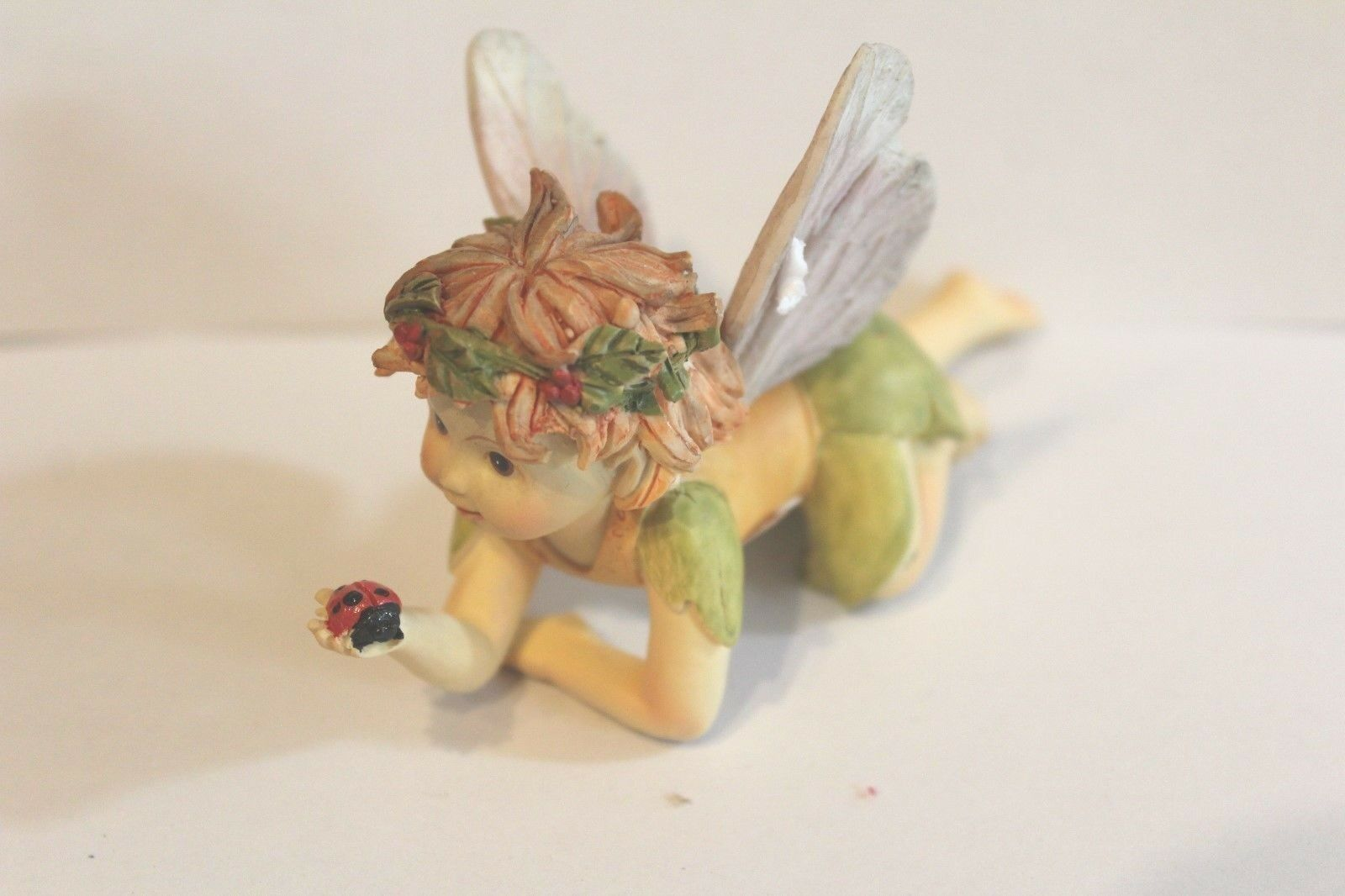 """Deko Figur  """"Baby Ferry hellgrün mit Marienkäfer liegend"""" L:10 cm H: 7cm B. 4 cm"""