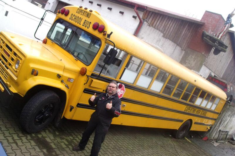Ingo Sillus und der GMC Schoolbus – zwei Originale unter sich