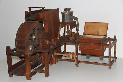 großes altes Holzmodell einer Mühle mit Wasserrad Lehrmodell um 1900