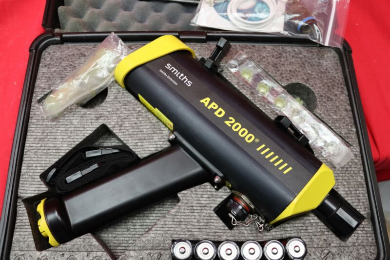 SMITHS DETECTION APD-2000 ADVANCED PORTABLE CHEMICAL DETECTOR w/ CASE & MANUAL