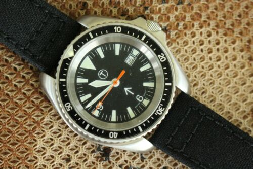 BRITISH MILITARY BROAD ARROW HOMAGE STAINLESS BLACK DATE DIAL DIVER COMBAT WATCH