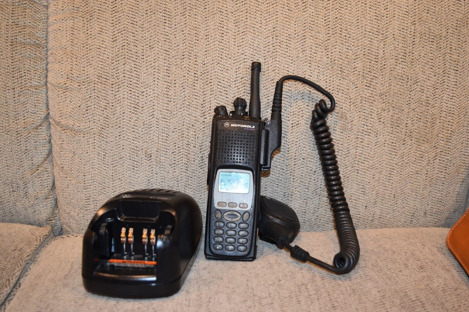 MOTOROLA XTS5000 III UHF 450-520mhz P25 RADIO H18SDH9PW7AN + mic & charger. Buy it now for 489.95