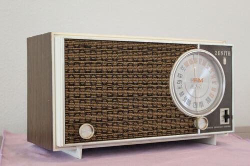 ZENITH Model N723 N724 AM/FM/AFC Plastic 7 Tube Radio (1960