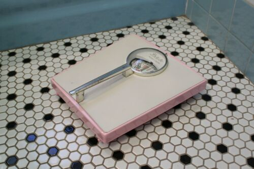 VINTAGE 1960s DETECTO PINK & WHITE BATHROOM SCALE - WORKS GREAT - Mid-Century