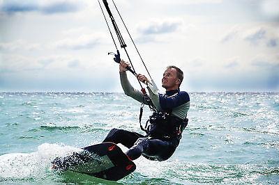 Action auf dem Wasser: Kitesurfing zählt zu den beliebtesten Wassersporarten (Foto: Thinkstock)
