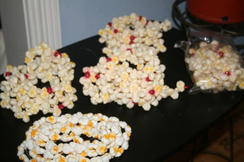 VINTAGE PLASTIC BLOW MOLD Buttered POPCORN CRANBERRY GARLAND Almost 34 Feet