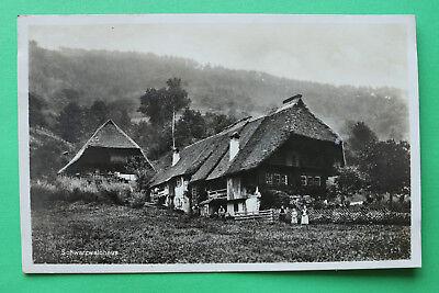 AK Schwarzwaldhaus 1925 Bauernhof Gebäude Häuser Personen Garten Bäume uvm W7 ()