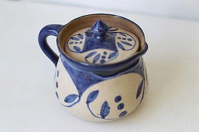 Pot couvert céramique Prise  Bec verseur Décor peint de point et feuille en bleu ()