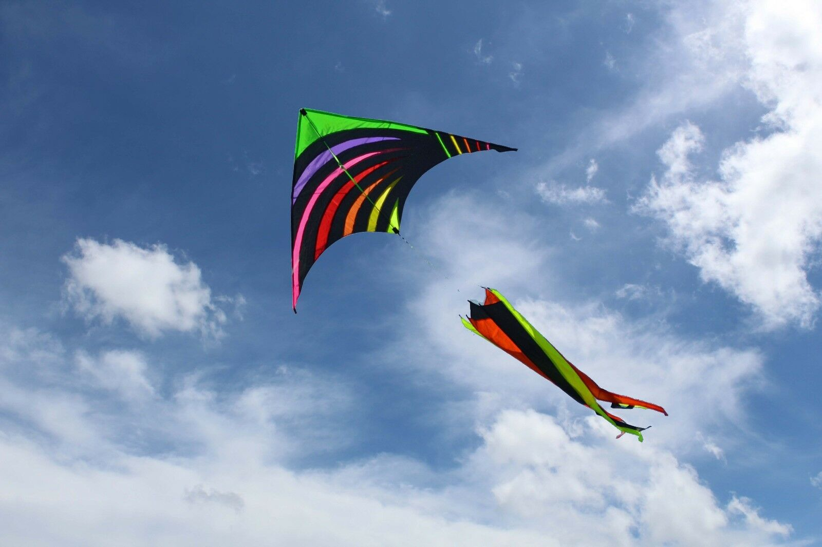 Rainbow Twister Delta Shape with Flying Line and Handle 5 FT
