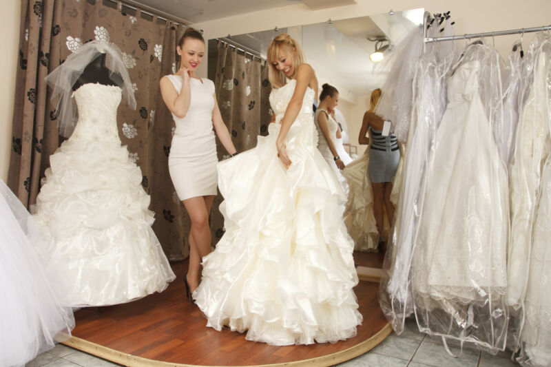 Wenn Sie sich beim Hochzeitskleid nicht sicher sind, gehen Sie einfach vorab in ein Brautgeschäft (Foto: Thinkstock)