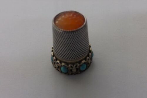 A BEAUTIFUL GILT SKIRT HALLMARKED SILVER AND TURQUOISE THIMBLE  2.5CMS (3088)