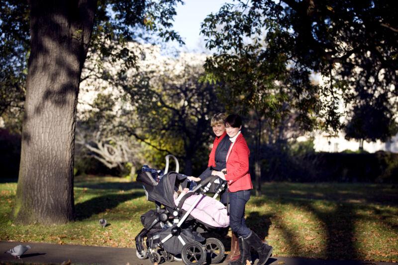 Ein Kombi-Kinderwagen ist ideal für einen Einkaufsbummel oder Spaziergang durch den Park. (Foto: Thinkstock)