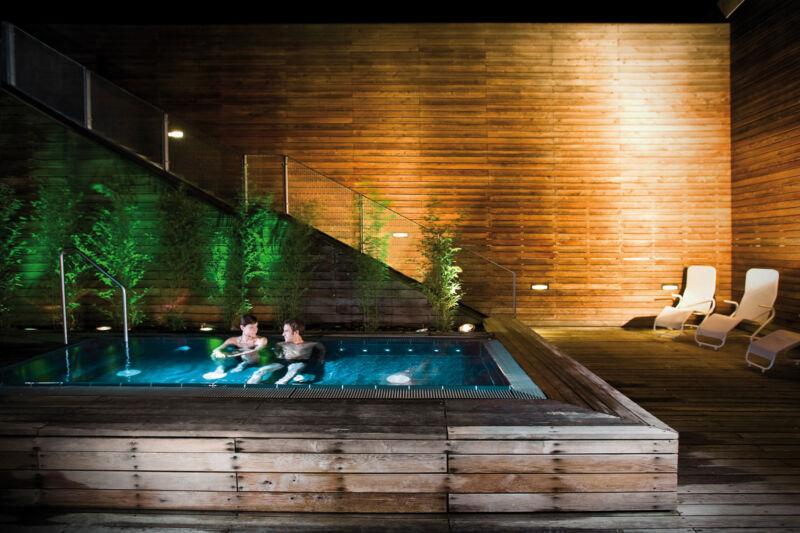 Entspannen im Pool bei warmer Atmosphäre