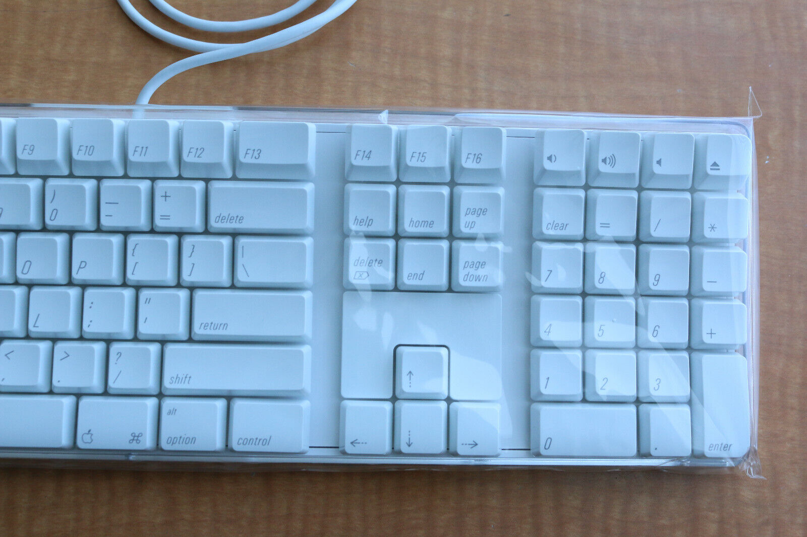 Brand New Apple A1048 English Layout wired full size USB keyboard 6580306 2SB