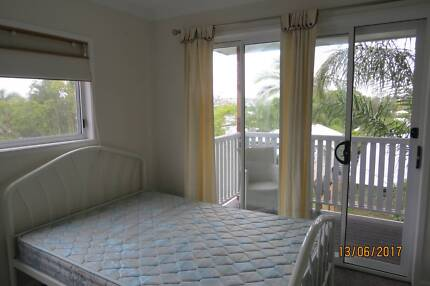 furnished studio with own balcony for rent in East brisbane $230