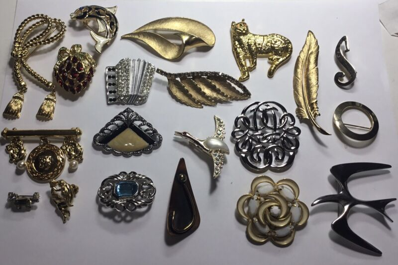 VINTAGE COSTUME 20 LADIES PINS FROM AVON NICE MIX OF DESIGNS MANY GOLD/ SILVER