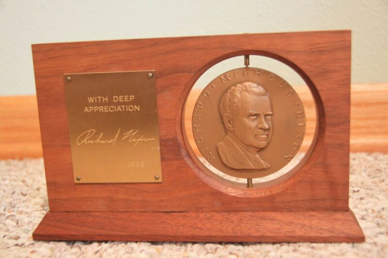 1968 Richard Nixon White House Inaugural Gift Desk Display, Excellent condition