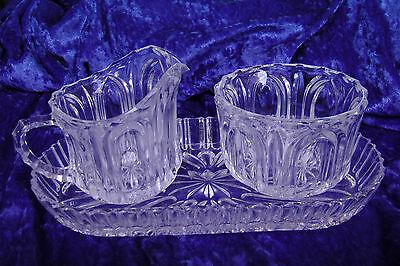Set: Milchkännchen und Zuckerdose auf Tablett – Kristallglas, Pressglas der 30er