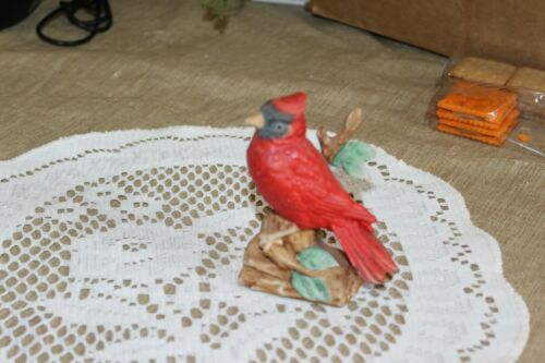 VINTAGE...ESTATE....CARDINAL  ON  A  BRANCH........FIGURINE