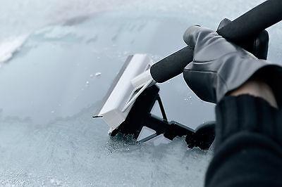Um die Scheibe vom Frost zu befreien, gibt es verschiedenste Herangehensweisen. (© Thinkstock via The Digitale)