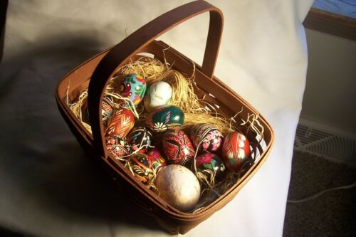 12 POLISH HAND PAINTED WOODEN EASTER EGGS IN A BASKET,  L-D50
