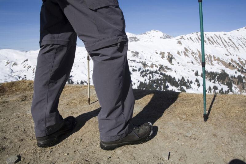Viele Wanderhosen lassen sich dank eines Reißverschlusses problemlos in eine kurze Hose verwandeln. (Foto: Thinkstock)