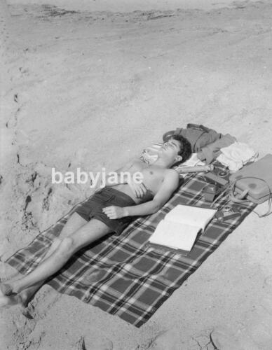 053 SAL MINEO BARECHESTED IN SHORTS SUNTANNING AT THE BEACH PHOTO
