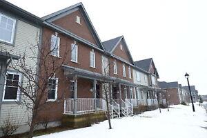 DEAL ----Maison de ville avec garage double Mt-St-Hilaire