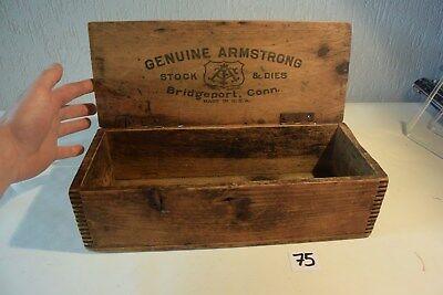 C75 Très ancienne boite en bois GENUINE ARMSTRONG USA