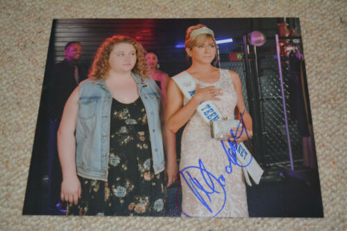 DANIELLE MACDONALD  signed Autogramm 20x25 cm In Person DUMBLIN Jennifer Aniston