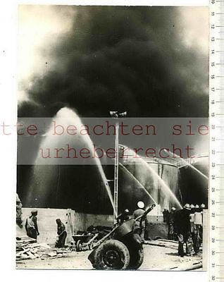 ORIGINAL PRESSEFOTO:1958 MARSEILLE GIGANTESQUE INCENDIE RAVAGE CENTRE PÉTROLIERS