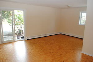 3 BED 1.5 BATH TOWN HOUSE WITH IN-SUITE LAUNDRY - MINS TO RIVER