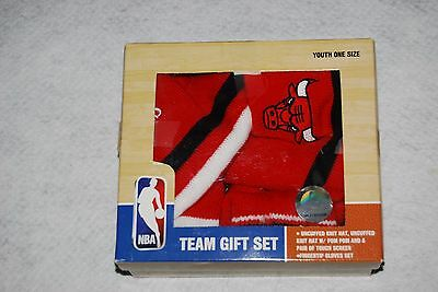 Chicago BULLS Team Gift Set Includes 2 Knit Hats & Pair of Gloves YOUTH SIZE NIB