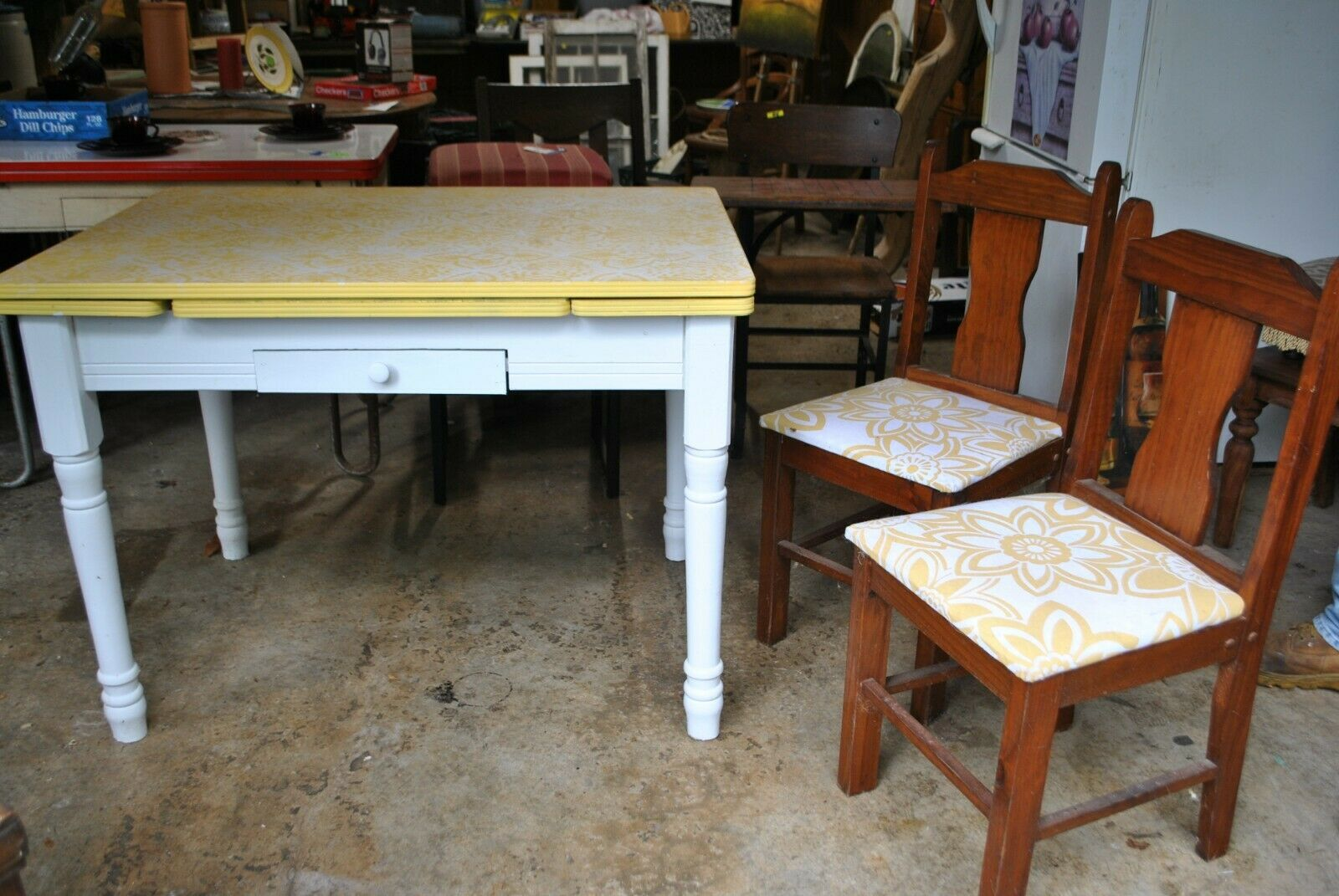 Photo Yellow and White Vintage Enamel top table WITH chairs