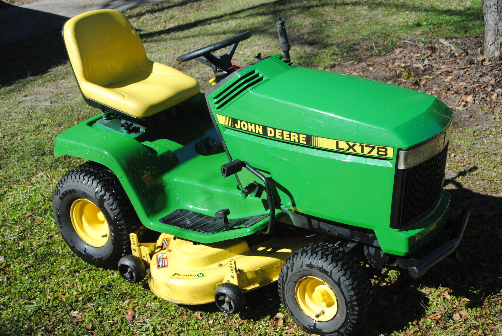 Photo John Deere LX176 - LX178 - LX186 - LX188(Revised) Reverse Pedal  With Rubber Pad