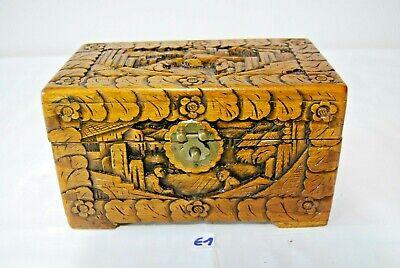 E1 Ancien petit coffre en bois travaillé