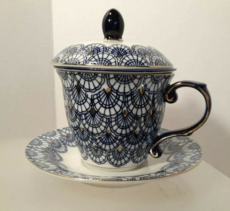 Chinese Porcelain Tea cup with Lid, Saucer and Diffuser. Cobalt, Gold and White.