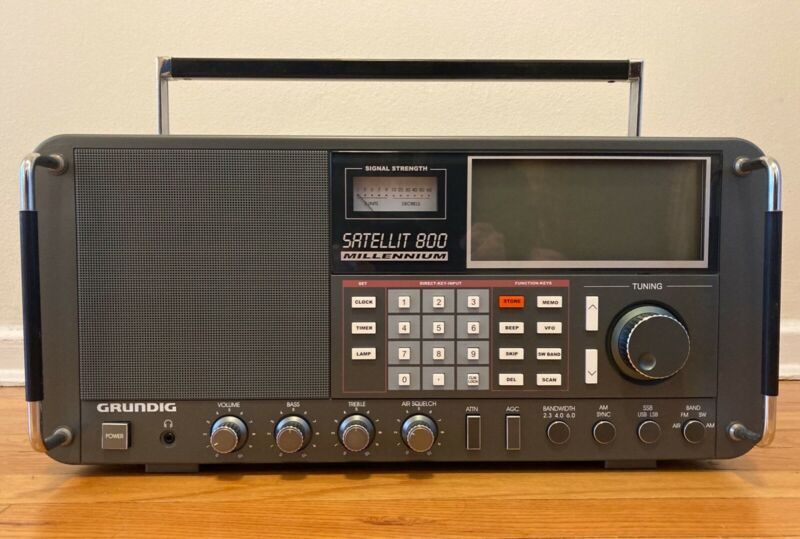 GRUNDIG Satellit 800 Millennium Shortwave Radio Receiver w/ Power Supply