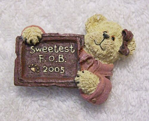 VINTAGE REPRO PIN BROOCH TEDDY BEAR SWEETEST F.O.B. BOW HAPPY SIGN PAWS CUD DS2