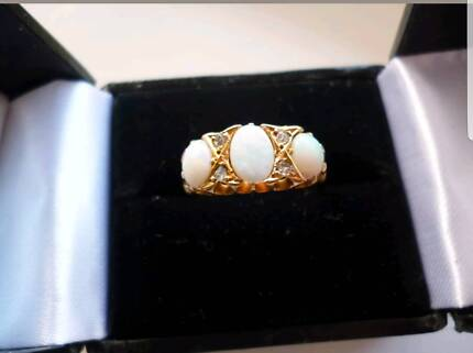 Beautiful antique 18ct solid gold opal and diamond ring
