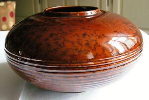 VASE CERAMIQUE SAINT CLEMENT Mod 9058 - France - Vase en céramique de SAINT CLEMENTDe forme boule aplatie, il est décoré de stries horizontales sur la partie basse. L'ensemble du vase est brun marbré .Il porte la référence 9058 et Saint Clément en creuxIl mesure: 17 cm de hauteur, diamtr - France